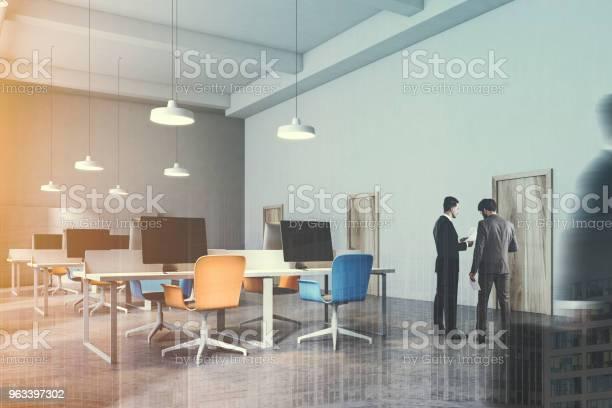 Wnętrze Pomarańczowe I Niebieskie Krzesła Biuro Stonowanych - zdjęcia stockowe i więcej obrazów Biurko