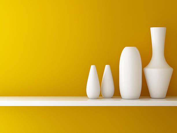 innenraum mit orange wand und keramik im regal sind - keramik vase stock-fotos und bilder