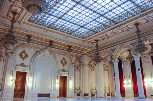 innere der palast des parlaments auf in bukarest. - alten kronleuchter stock-fotos und bilder