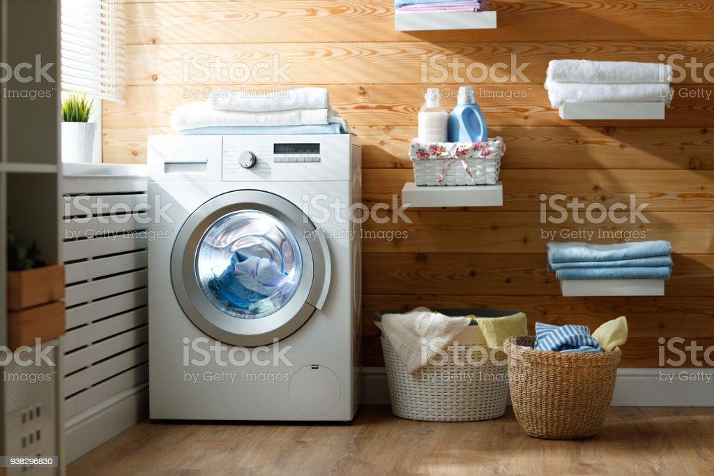 Innere des realen Waschküche mit Waschmaschine am Fenster zu Hause – Foto