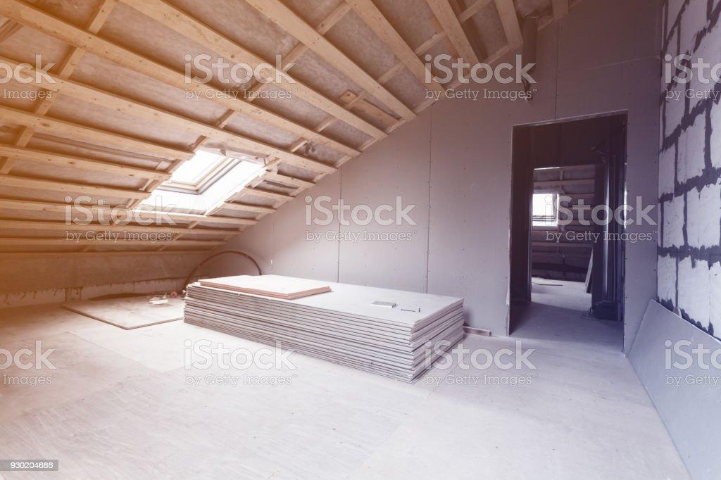 Interieur der Zimmer-Wohnung und Materialien - Stück Trockenbau - während auf die Sanierung und den Bau-Umbau und Reparatur von Gipskartonplatten oder Trockenmauer und im inneren Erwärmung Dach Wand – Foto