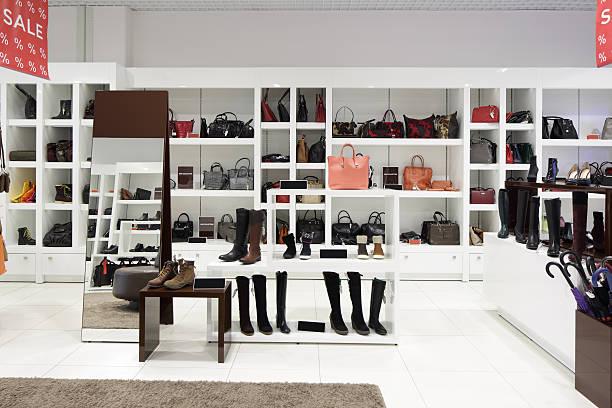 innenseite des schuhs store in modernen europäischen mall - garderobe mit schuhschrank stock-fotos und bilder
