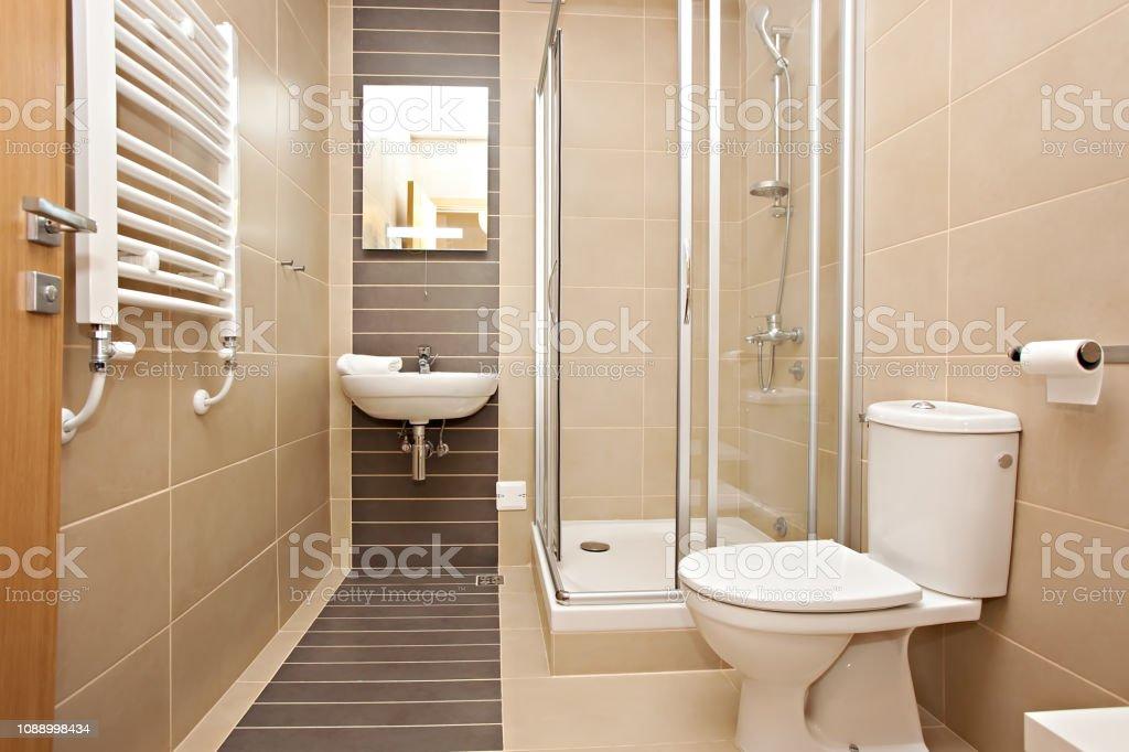 Interior Del Pequeño Cuarto De Baño Moderno Con Ducha Foto ...