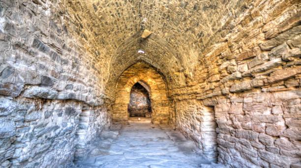 interieur van tash rabat caravanserai in tian shan berg in de provincie naryn, kirgizië - karavanserai stockfoto's en -beelden