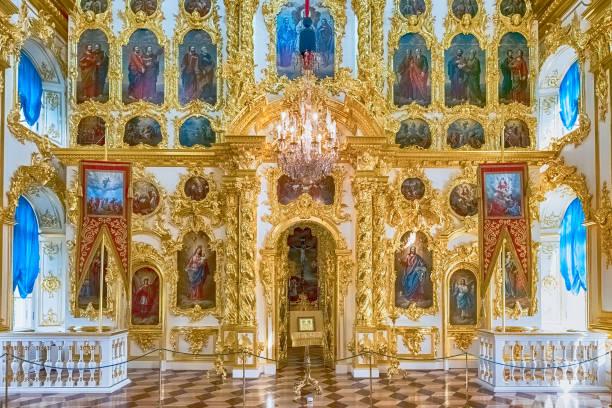 interieur van de kerk van grand palace in peterhof, rusland - peterhof stockfoto's en -beelden