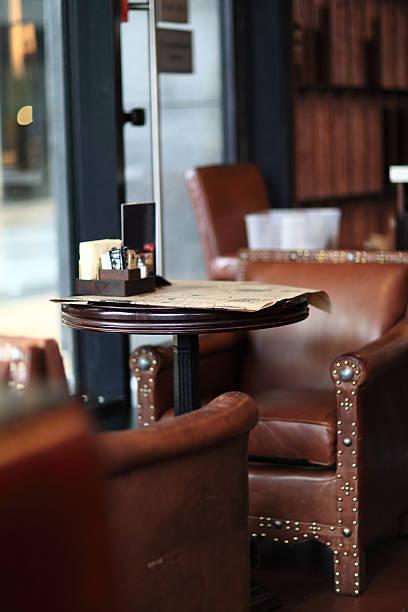 innenansicht des leere café - ledersessel braun stock-fotos und bilder