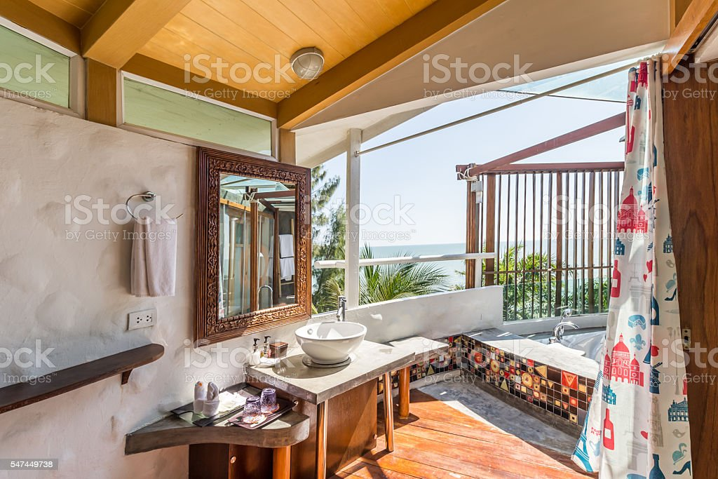 Interieur des modernen Badezimmer mit Blick aufs Meer – Foto
