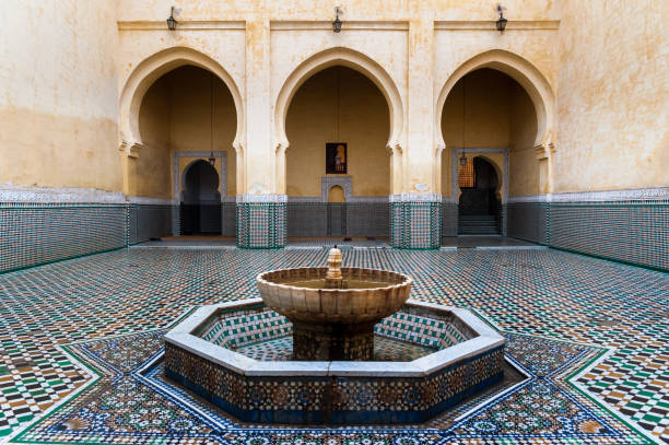 interieur van de moulay ismail mausoleum in meknes, marokko - mausoleum stockfoto's en -beelden