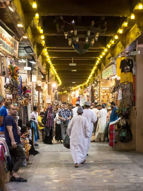 Innenraum des Mutrah Souk in Muscat mit Omanis in traditioneller Kleidung – Foto