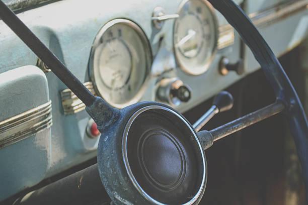 innenraum der alten auto-lenkrad und dashboard - rudermaschine stock-fotos und bilder