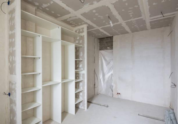innenraum des renovierten zimmer mit einbauschrank - laminat günstig stock-fotos und bilder