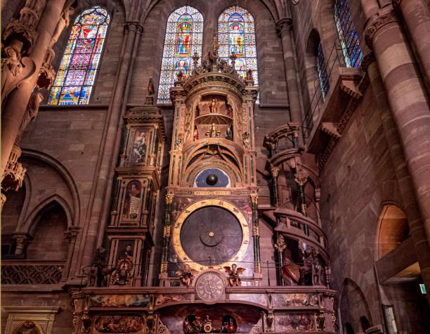 Interior of the Strasbourg cathedral De kathedraal van Straatsburg (Cathédrale Notre-Dame de Strasbourg, Strassburger Münster) behoort tot de grootste en beroemdste kathedralen van Frankrijk. De bouw van het uit roze zandsteen opgetrokken gebouw begon in 1176 en werd na 263 jaar in 1439 afgerond astronomical clock stock pictures, royalty-free photos & images