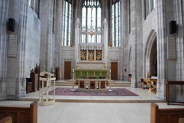 innenansicht des trinity college kapelle in toronto - altar stock-fotos und bilder