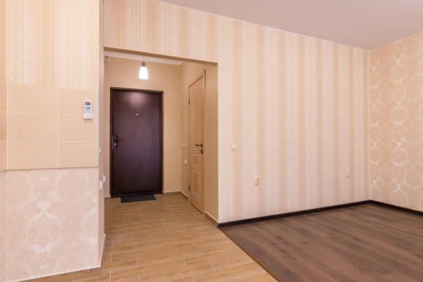 inneren einzimmer-apartments, die aussicht vom zimmer bis vor die haustür - laminat günstig stock-fotos und bilder