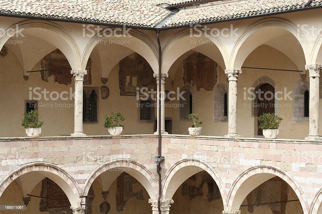 Patio interno della Basilica di San Francesco d'Assisi - foto stock