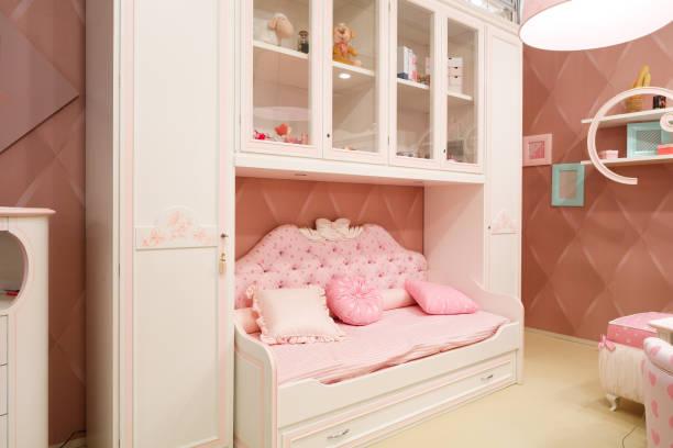 innen rosa kinderzimmer für mädchen - mädchenraum vorhänge stock-fotos und bilder
