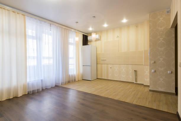 interieur renoviert küche kombiniert mit einem wohnzimmer, unmöbliert - laminat günstig stock-fotos und bilder