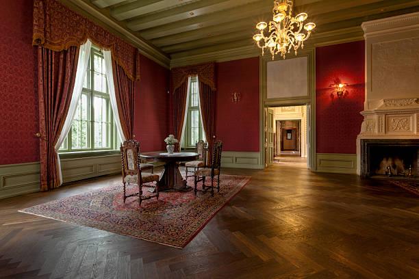 alte manor house - alten kronleuchter stock-fotos und bilder