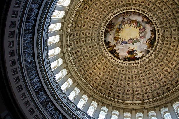 l'intérieur de la rotonde à dôme du capitole à washington, d.c. - chapiteau colonne architecturale photos et images de collection