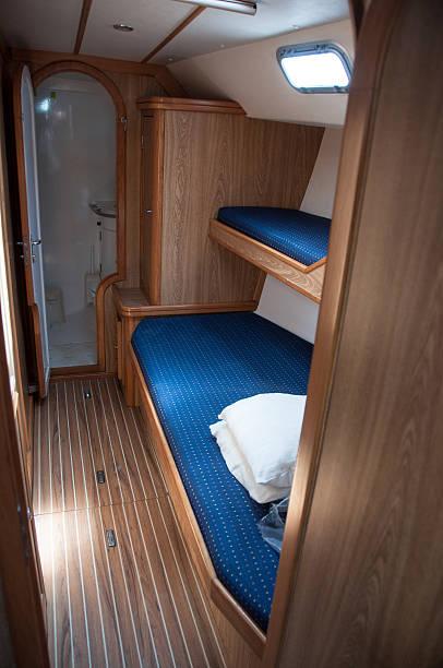 innen segelboot yacht schlafzimmer kabine - nautisches schlafzimmer stock-fotos und bilder