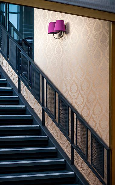 innen treppe - wandleuchte treppenhaus stock-fotos und bilder