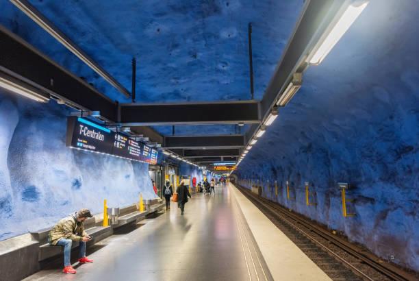invändig vy över tunnelbane stationen t-centralen i stockholms tunnel bana - tunnel trafik sverige bildbanksfoton och bilder
