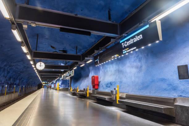 invändig vy över tunnelbane stationen t-centralen i stockholms tunnel bana. - tunnel trafik sverige bildbanksfoton och bilder