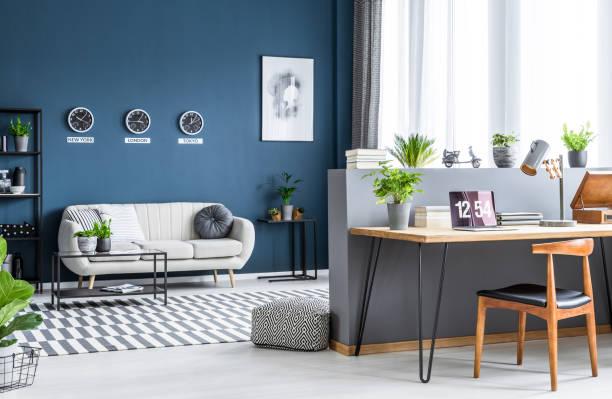 innenraum mit unternehmer home-office - uhrenhalter stock-fotos und bilder