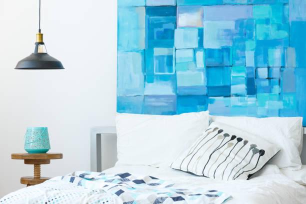interieur mit modernen abstrakten malerei - paletten kopfbrett stock-fotos und bilder