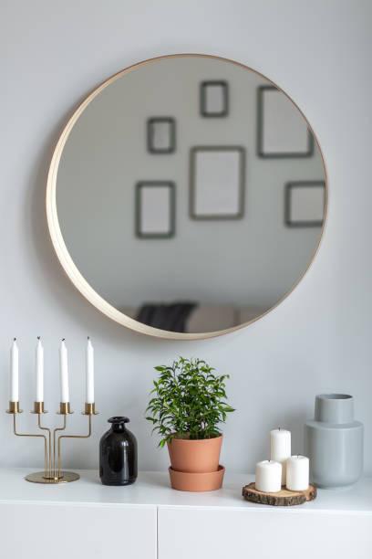 innenraum mit rundspiegel - sideboard skandinavisch stock-fotos und bilder