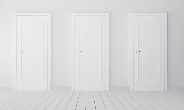 interior com três portas fechadas brancas - três objetos - fotografias e filmes do acervo