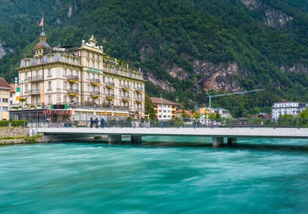 interlaken-stadt mit thunersee, schweiz - hotel bern stock-fotos und bilder