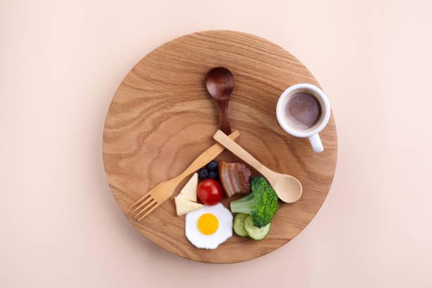 Intermittierendes Fasten. Gesundes Frühstück, Diät-Essen-Konzept. Bio-Mahlzeit. Fettabbau-Konzept. Gewichtsverlust. – Foto