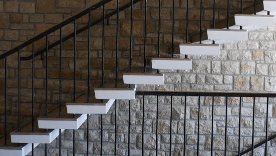escalier interieur 1950 mur en pierres