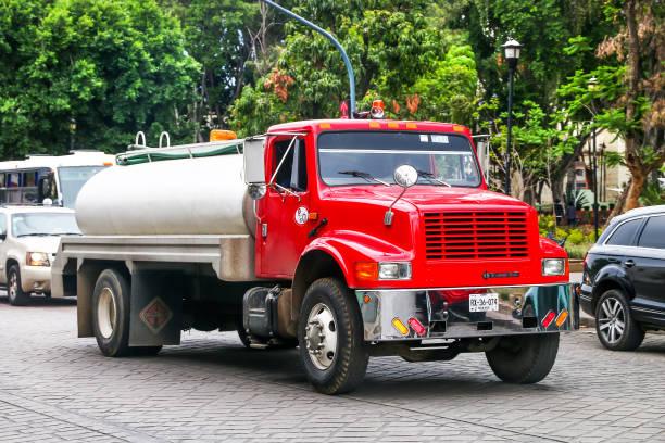 international-4700 - aufgemotzte trucks stock-fotos und bilder