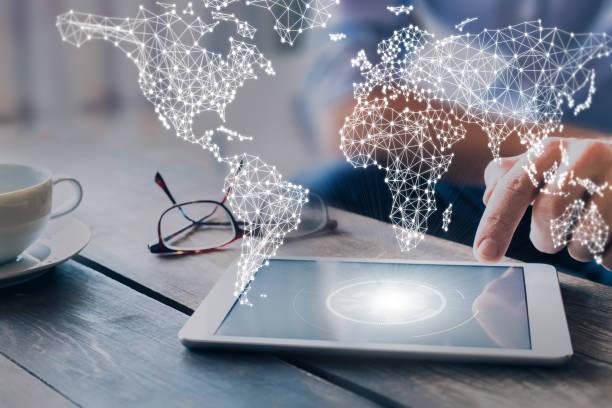 internationale business-netzwerk mit angeschlossenen leitungen, weltweite kommunikation für das internet der dinge, finanzen, handel, blockchain und web-technologien, konzept wit geschäftsmann mit tablet-pc - internationale geschäftswelt stock-fotos und bilder