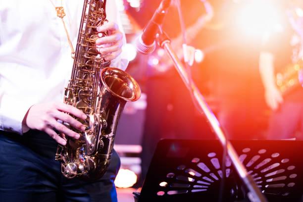 uluslararası caz gün ve dünya caz festivali. saksafon, müzik enstrümanı fest saksofoncu oyuncu müzisyen tarafından oynadı. - caz stok fotoğraflar ve resimler