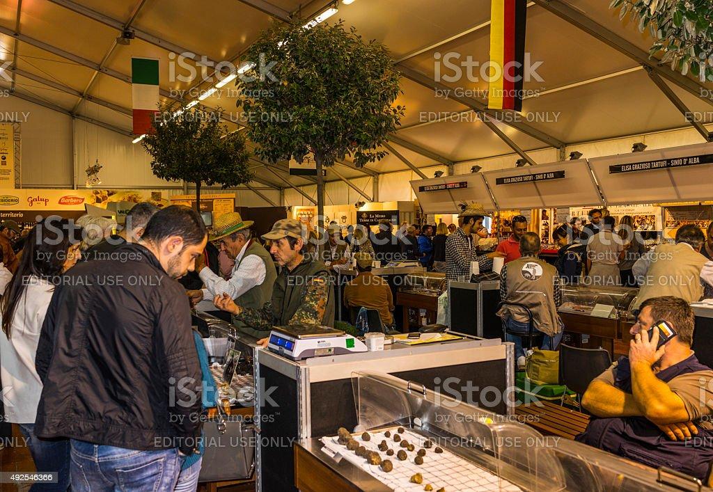 Tartufo fiera internazionale di Alba (Italia). Vendita di tartufo, tartufo cacciatore - foto stock