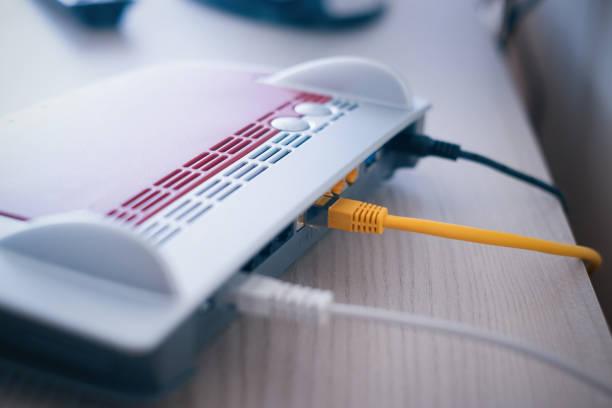 internet-modem und ethernet-kabel verbindungsnetzwerk - router stock-fotos und bilder