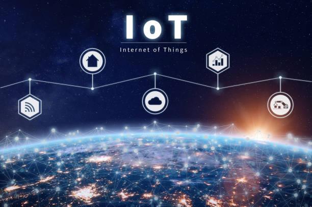tecnología de internet de las cosas con iot red alrededor de la tierra - internet de las cosas fotografías e imágenes de stock