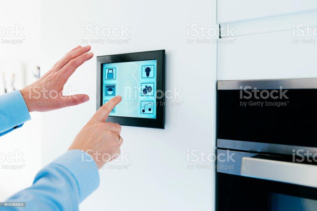 Internet av saker vägg monterad display för smarta hem bildbanksfoto