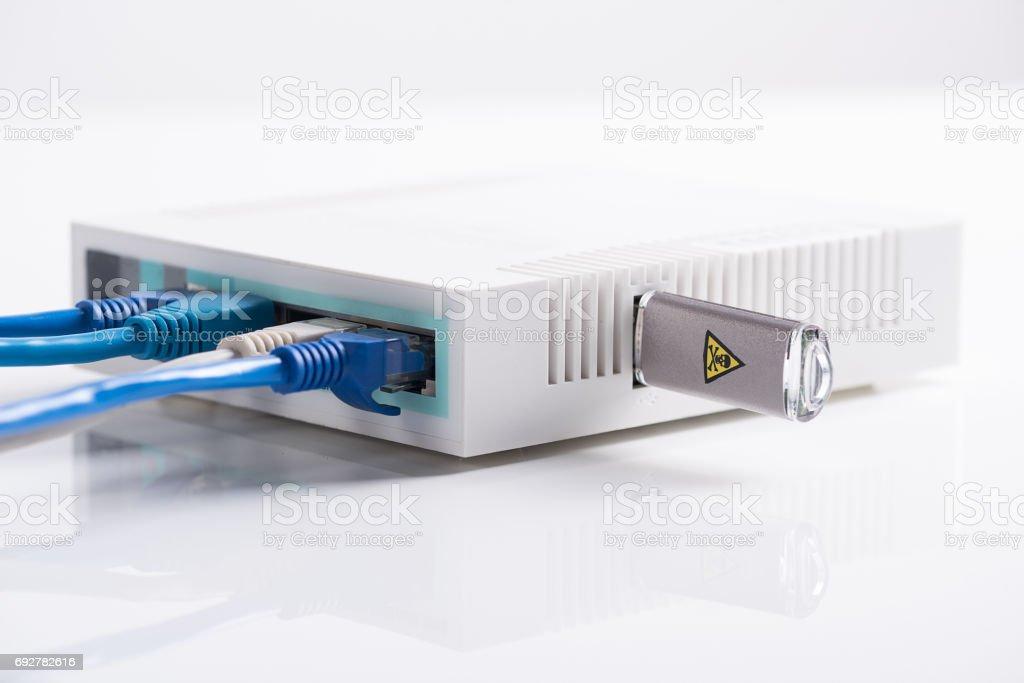 Router de Internet con cable largo y la impulsión del flash del usb - foto de stock