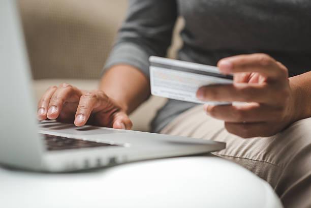Internet-shopper Eingabe der Kreditkarteninformationen über laptop-Tastatur – Foto