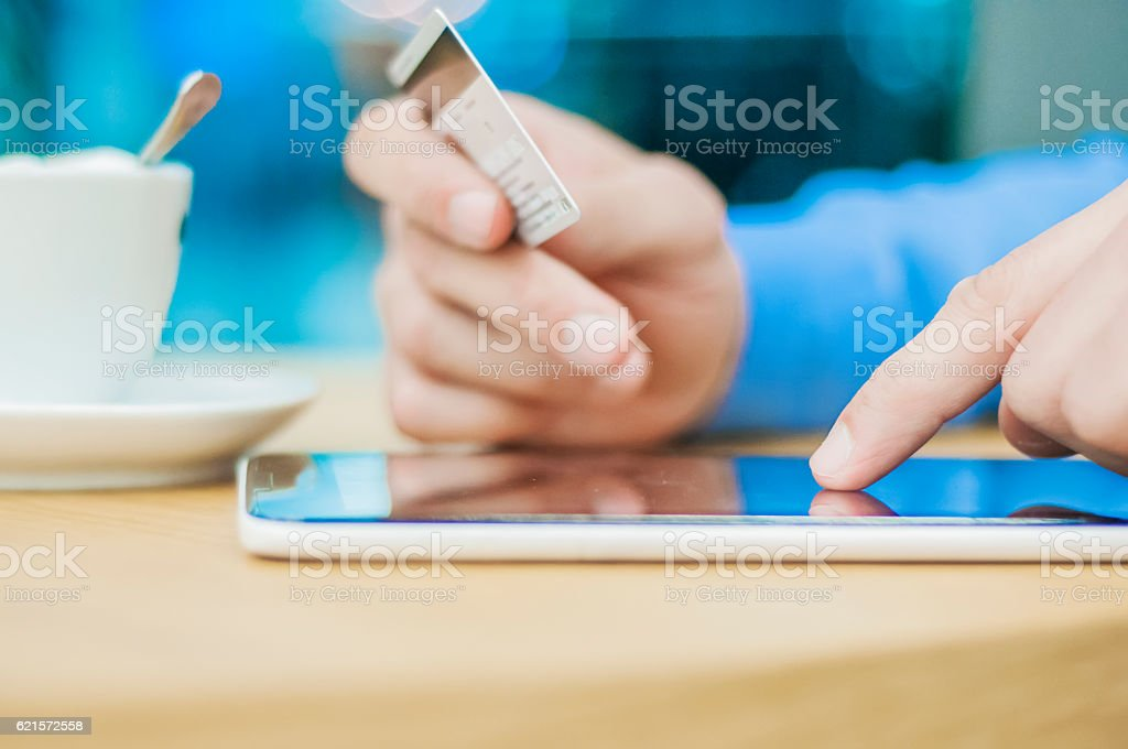 Internet shopping man online with tablet pc and credit card. photo libre de droits