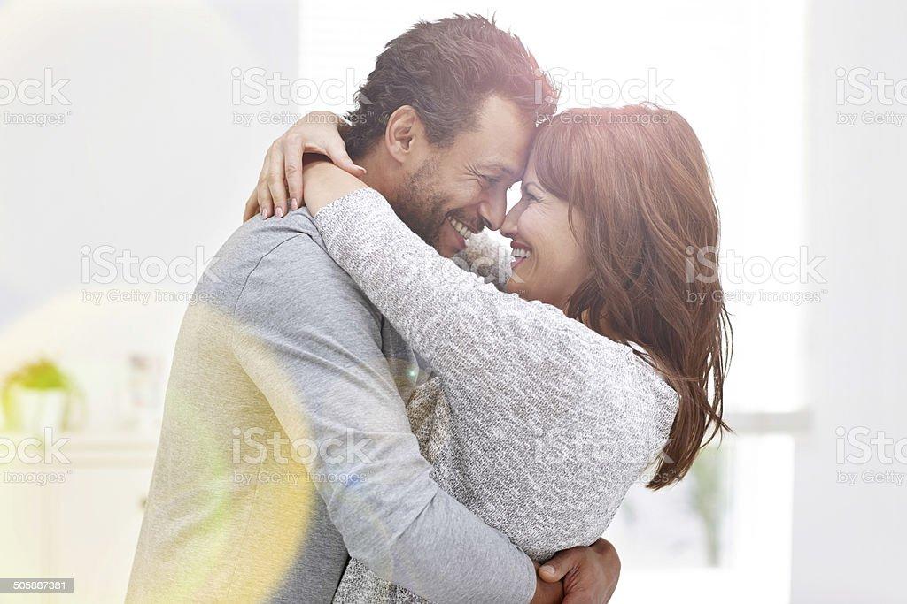 Interracial Paar in einen romantischen moment – Foto