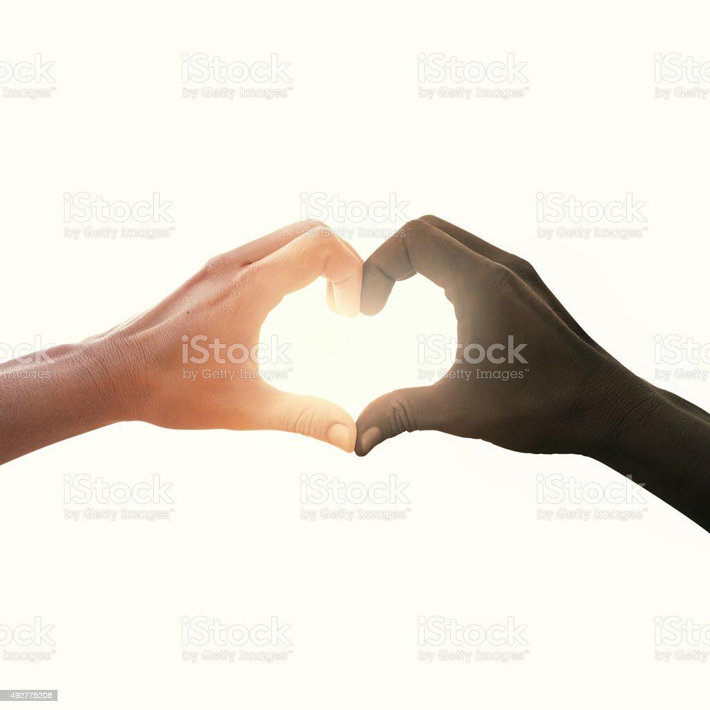 interracial couple en amour coeur de la main geste - Photo