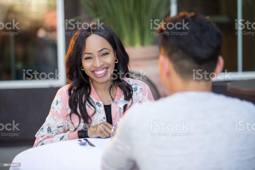 Interracial paar auf ein Blind Date oder Speed-Dating – Foto