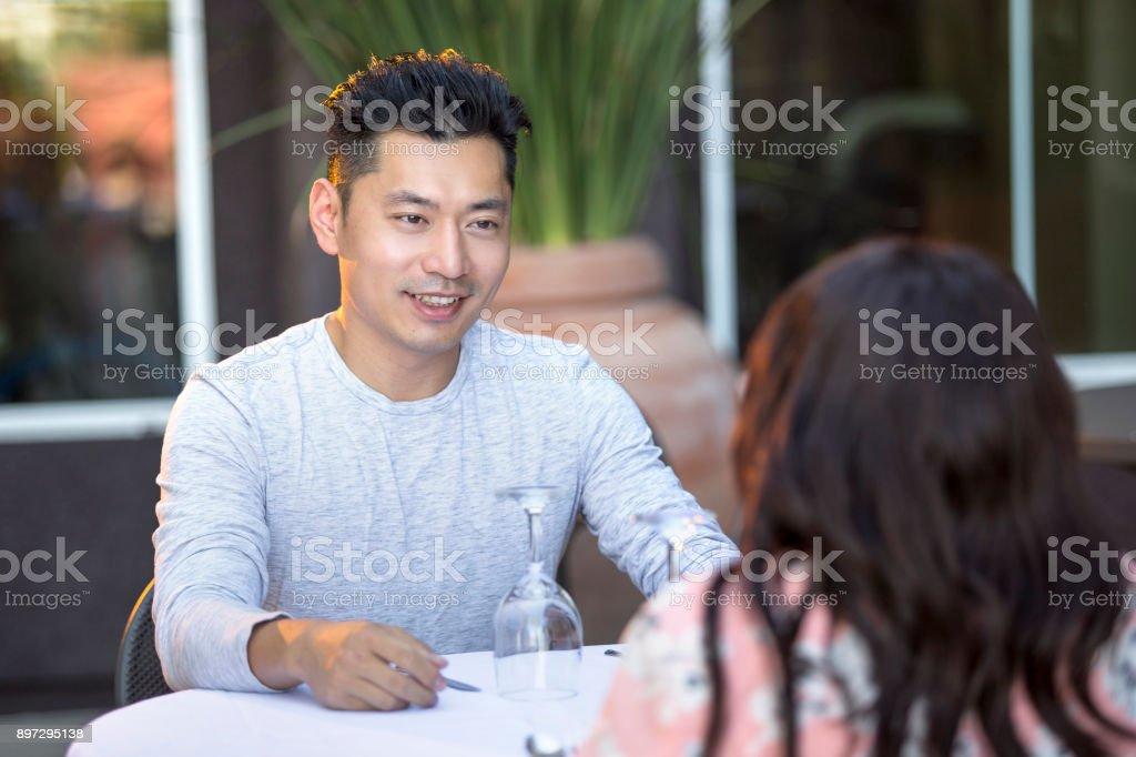 Data interracial com homem bonito asiático - foto de acervo