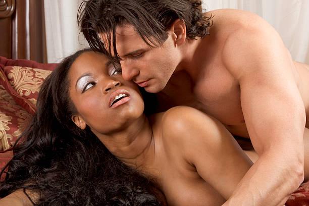 sensual interracial en amor pareja heterosexual - desnudos fotografías e imágenes de stock