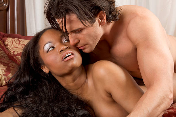 Interracial 異性のカップルが官能的 ストックフォト